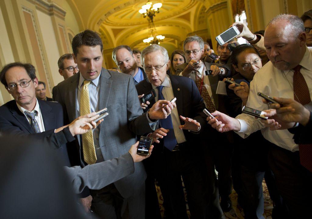 El líder de la mayoría en el Senado, Harry Reid (centro, con corbata azul), se muestra confiado en que alcanzarán un acuerdo.