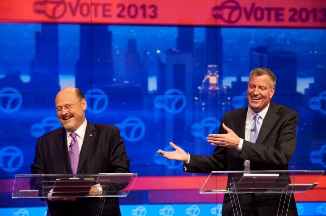 El candidato republicano Joe Lhota (izq.) y el demócrata Bill de Blasio durante el debate de anoche a tres semanas de las elecciones por la Alcaldía de Nueva York.