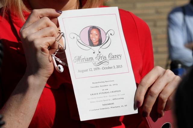 Una amiga de Miriam Carey muestra el recuerdo póstumo tras el funeral.