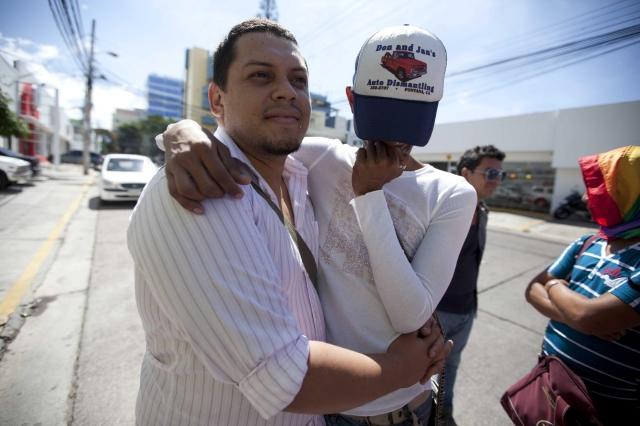 Una pareja integrante de la Organización de Lesbianas, Gays, Bisexuales, Transexuales e Intersexuales   participa en una manifestación en Tegucigalpa.