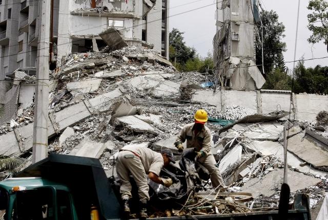 Rescatan cuerpo de edificio derrumbado