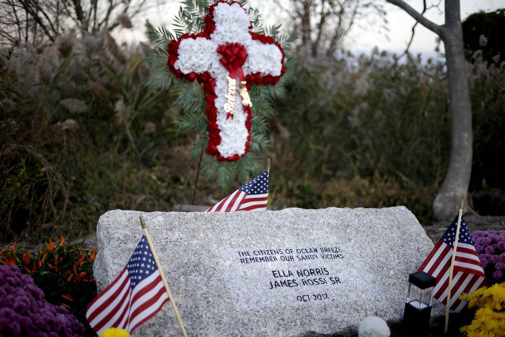 """En Staten Island, los vecinos levantaron un altar para recordar sus fallecidos durante el paso de """"Sandy""""."""
