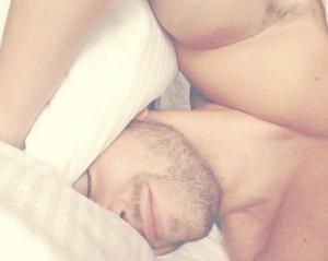 Pablo Alborán seduce a fans desde la cama