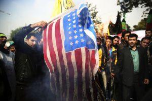 Miles protestan frente a exembajada de EEUU en Irán
