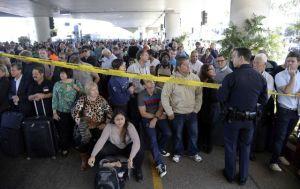 Critican desatención a pasajeros afectados por tiroteo en LAX