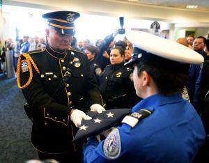 Rinden honores a agente de TSA abatido en LAX