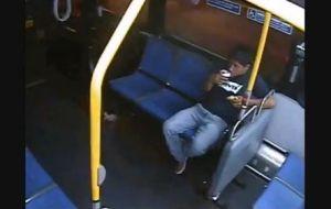 Pervertido toquetea a mujer en autobús en Brooklyn