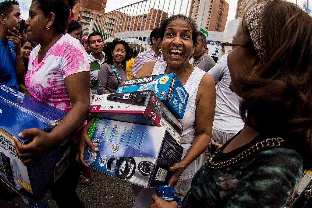 """Venezuela demandará por foto manipulada de """"saqueadora"""""""