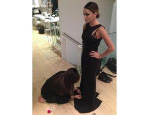 Victoria Beckham arregla vestido de Eva Longoria en Londres