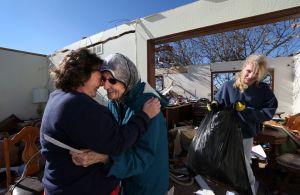 Buscan más víctimas de tornados en Illinois (fotos)
