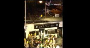 Helicóptero se estrella en techo del pub en Glasgow (video)