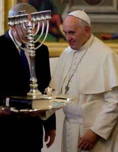 Regalan al Papa un libro sobre la Inquisición