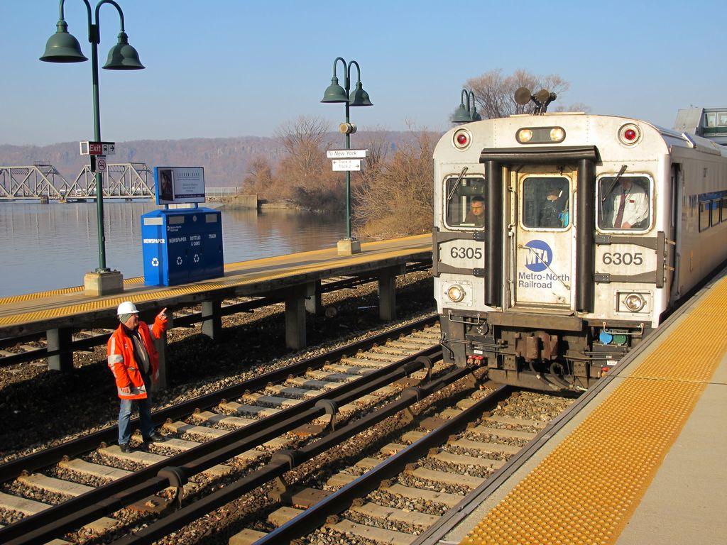 Maquinista del tren descarrilado en NY pierde empleo y sueldo
