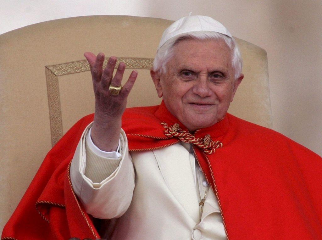 El secretario de Benedicto XVI sufre con su abdicación