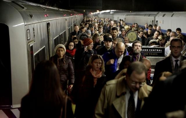 Un grupo de pasajeros abandona un tren de Metro-North en la terminal Grand Central al reanudarse ayer  el servicio.