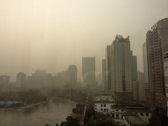 China declara alerta amarilla por fuerte contaminación
