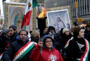 Mexicanos ruegan a la Guadalupana por feriado en NYC (video)