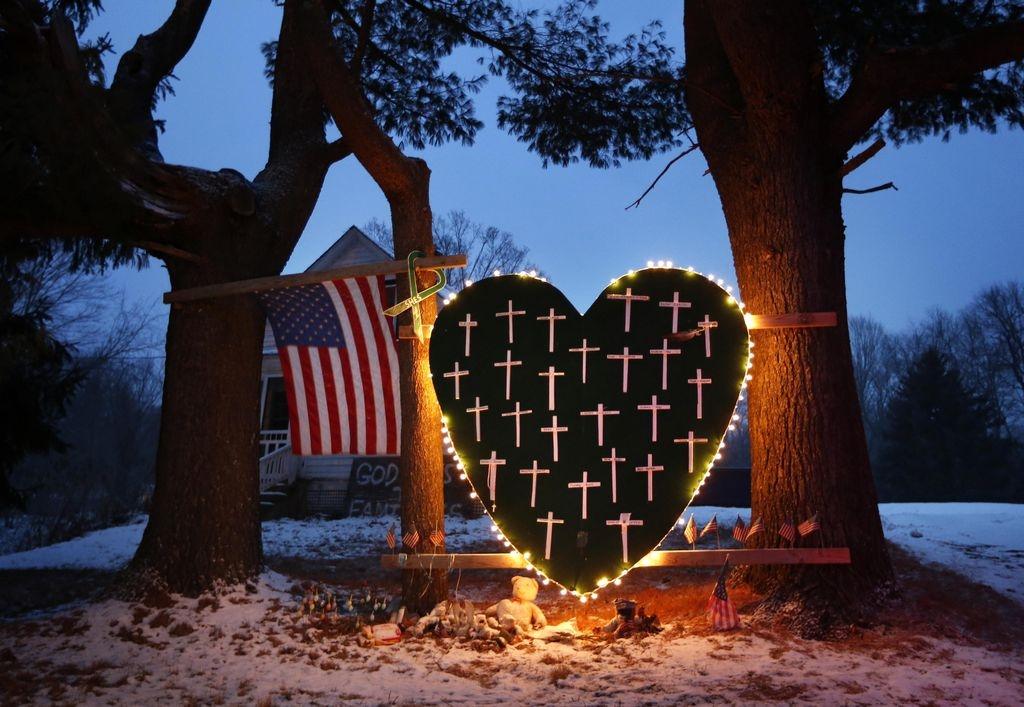 El silencio prevalece en aniversario de masacre en Sandy Hook