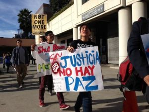"""""""Dreamers"""" bloquean sede de ICE en Los Ángeles"""