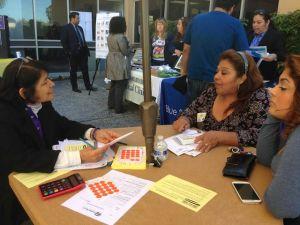 Altos costos desaniman a latinos inscribirse a Covered California