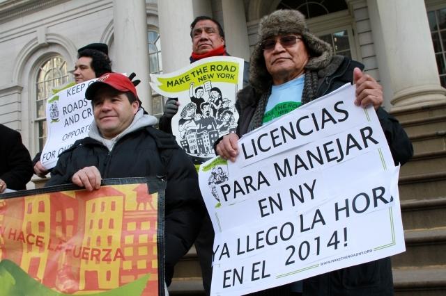 Legisladores de NY presionan por licencias a indocumentados