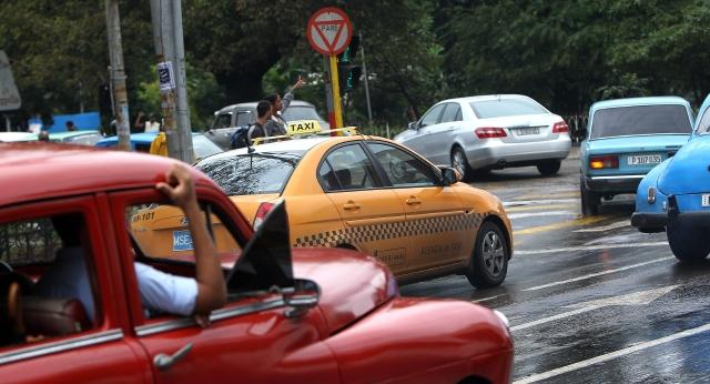 Extienden licencias a taxistas en Cuba