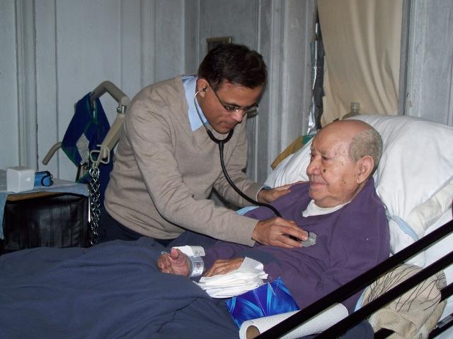 Ancianos latinos en NYC prefieren atención en casa