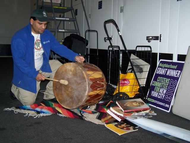 Biblioteca indígena móvil recorre todo NYC