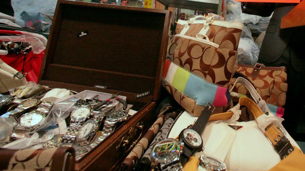 Desmantelan en Chinatown venta de artículos de lujo falsos