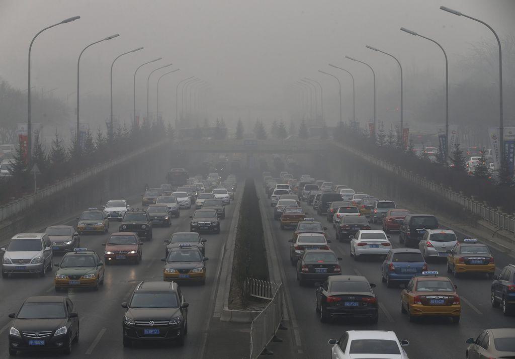 Cierran autopistas en Pekín por fuerte contaminación