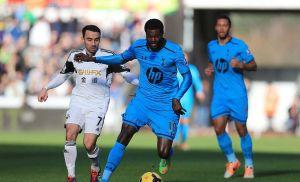 Adebayor anota doblete y Tottenham vence a Swansea