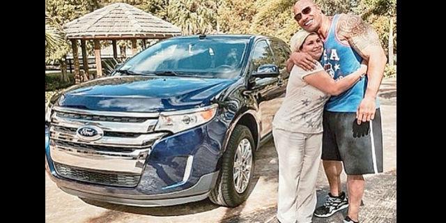 """Dwayne Johnson """"La Roca"""" regala una camioneta a su empleada"""
