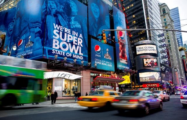 """Las cámaras  en Times Square son apenas una parte de la amplia operación de seguridad con motivo del """"Super Bowl""""."""
