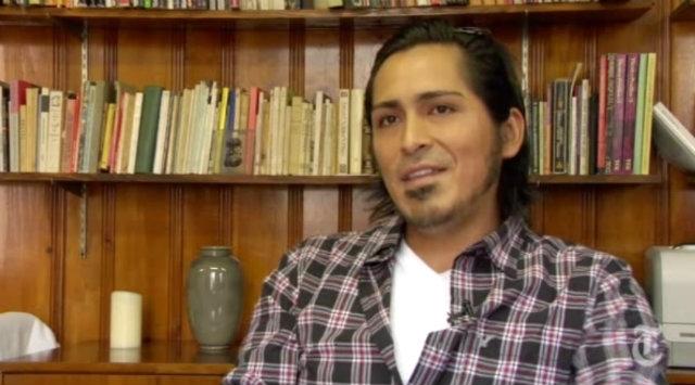 Ecuatoriano da la clave para sobrevivir en NYC: la lectura