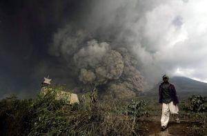 Catorce muertos por erupción de volcán en Indonesia