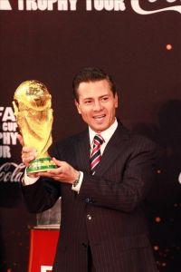 El presidente de México levanta el trofeo de la Copa del Mundo (VIDEO)