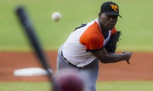 Sancionan a peloteros y árbitro cubano de béisbol
