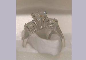 Hispano dejó en un baño el anillo de su futura esposa