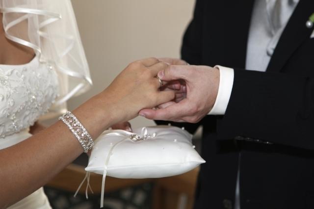 Más graduados universitarios en EEUU optan por casarse