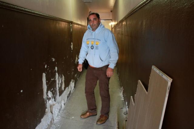 Edwin Cosme, propietario de una casa en Coney Island, está esperando por la ayuda para reparar su vivienda.