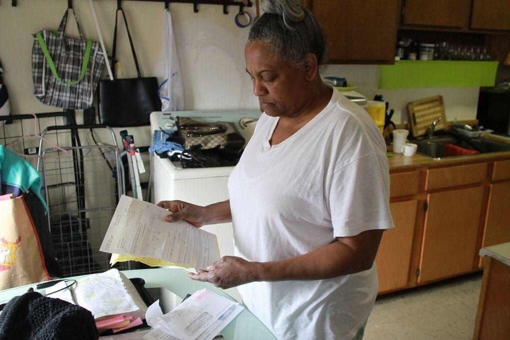 La dominicana Gisela Concepción se quejó que ella no puede entender los avisos en inglés que NYCHA coloca en su edificio.