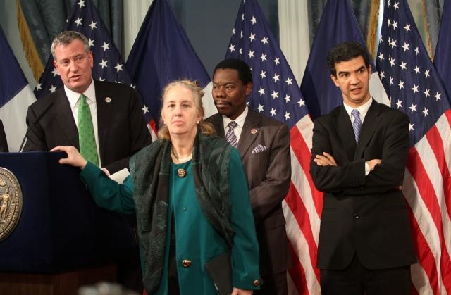 Alcalde de NYC oficializa ley por días de enfermedad