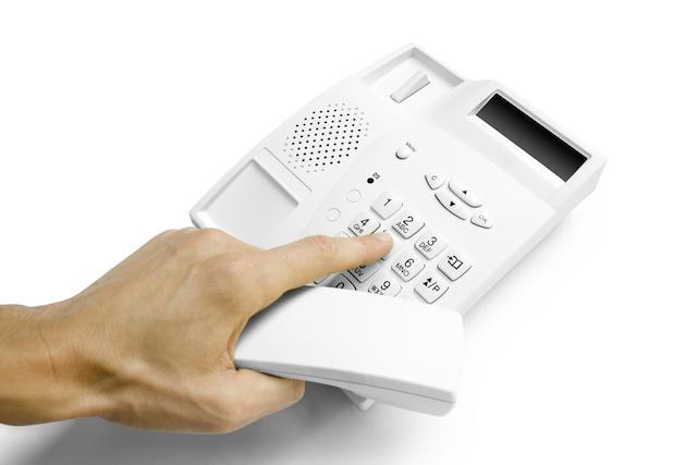 Línea de teléfono del IRS para aclarar dudas sobre cheque de estímulo da más problemas que soluciones
