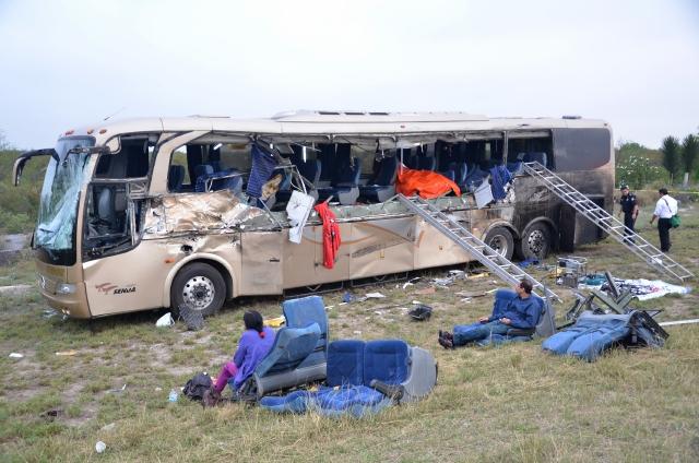 Choque de autobús y tráiler causa tragedia
