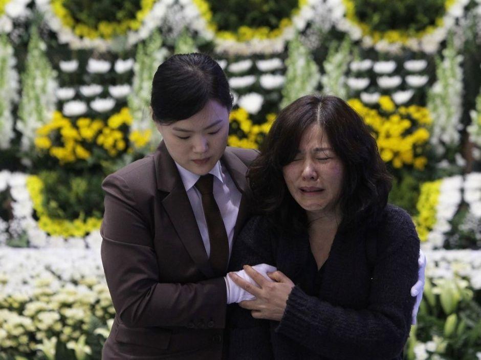 Buzos sacan decenas de cuerpos del buque surcoreano