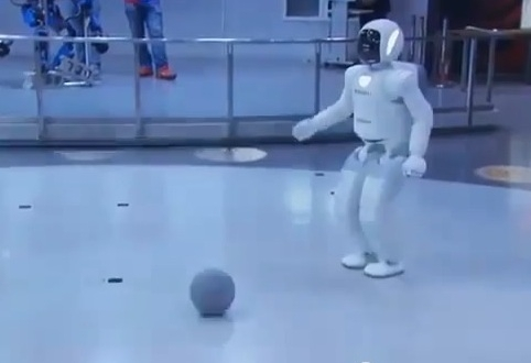 Obama juega al fútbol con un robot japonés (video)