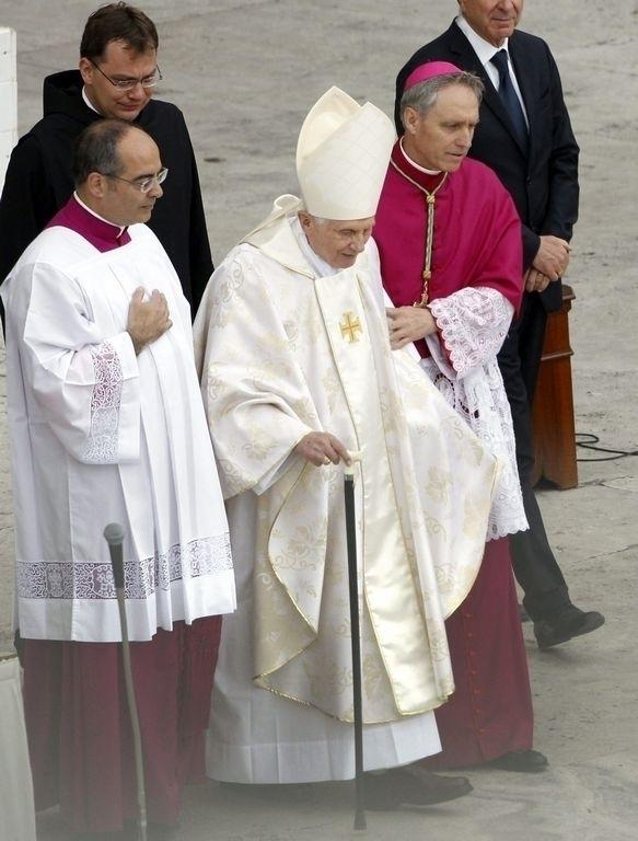 Benedicto XVI reaparece en la canonización de los dos papas