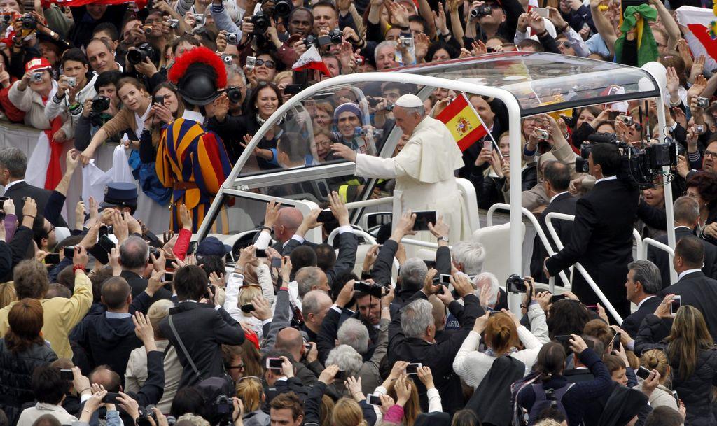 El Papa saluda a fieles y delegaciones tras canonización
