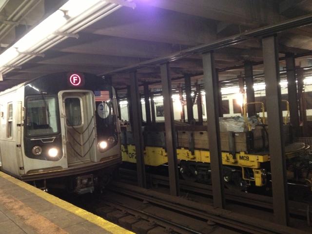"""Tren F funciona con normalidad en Queens en la """"hora pico"""""""