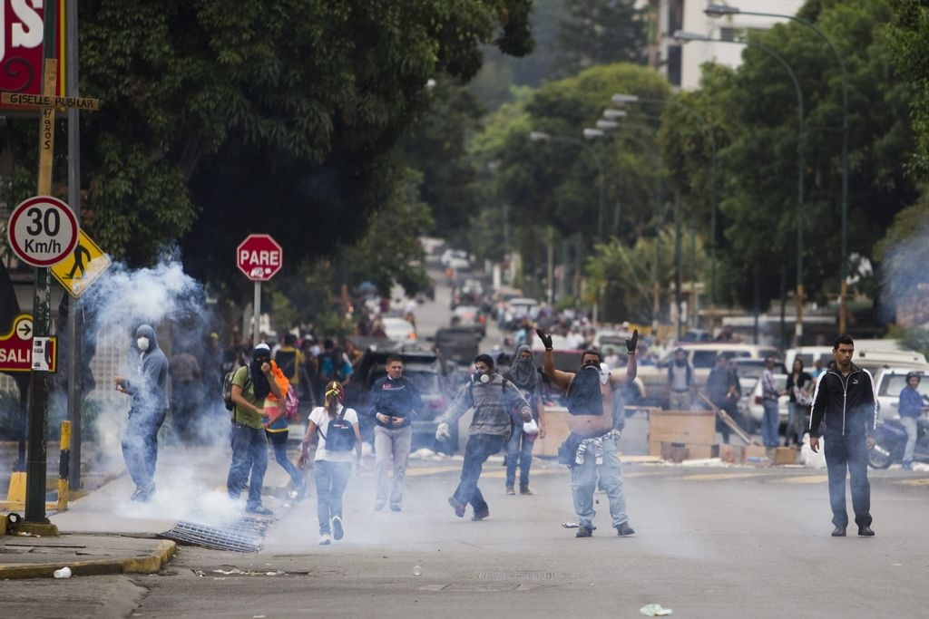 Resurgen los choques; 243 estudiantes detenidos en Venezuela